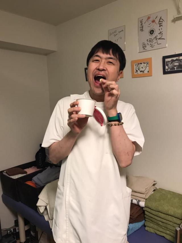 六花亭の限定スイーツを食べる山田さん